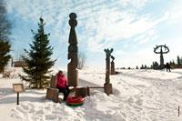 Фото деревянной скульптурной композиции «Шунды-Мумы» (Мать солнца)