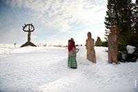 Фото скульптур «Матери неба» и «Жнецов» в «Лудорвае» зимой