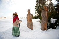 Фото деревянной скульптурной композиции «Жнецы» в музее-заповеднике «Лудорвай»