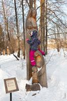 Фото девочки с деревянной семьей в музее-заповеднике «Лудорвай»