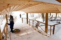 Через ручей в «Лудорвае» построен деревянный мост с навесом
