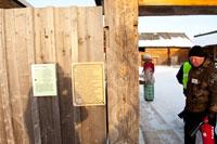 Фото табличек и столбов с узорами в виде солярных оберегов на входе в усадьбу южных удмуртов в «Лудорвае»