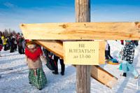 Фото таблички на ледяном масленичном столбе с призами в «Лудорвае»: «До 13.00 не влезать!»