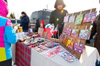 Шерстяные носки, флажки, символы Удмуртии и другие сувениры в торговых рядах «Лудорвая» на Масленицу
