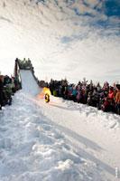 Горящее колесо мчится вниз по снежному склону