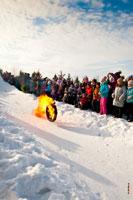 Горящее колесо, как солнце по небосклону, катится в «Лудорвае» по снежному склону