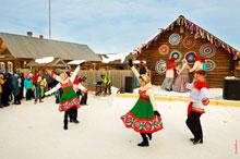 Фото танцующих пар в «Лудорвае» на Масленицу в народных костюмах