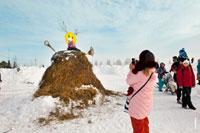 На трибунах и стогах сена в «Лудорвае» делают фотографии болельщики