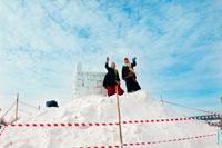 Фото ведущих празднования Масленицы на вершине снежной крепости в «Лудорвае»
