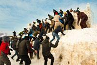 Атакующие взбираются на снежный холм, где стоит снежная крепость «Лудорвая»