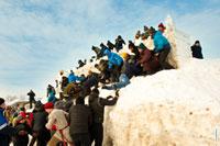 Команда снежной крепости обороняется. Снежная крепость еще стоит