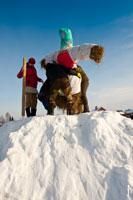 Чучело Масленицы в «Лудорвае» надежно укрепляют на снежном холме