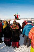Перед холмом с чучелом Масленицы собрались люди