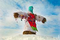 Фото чучела Масленицы Дуни в «Лудорвае» в зеленом платке на фоне неба