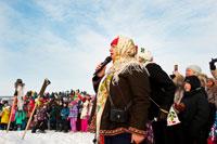 Фото ведущей с микрофоном в «Лудорвае» во время сжигания Масленицы