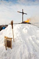 Сжигание чучела Масленицы в «Лудорвае» подошло к концу. В кадре метла, крест на холме и горящий костер