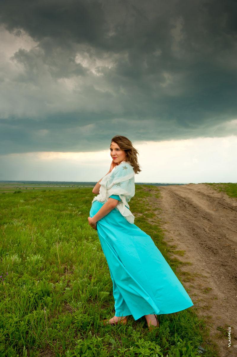 девушка на фоне неба фото