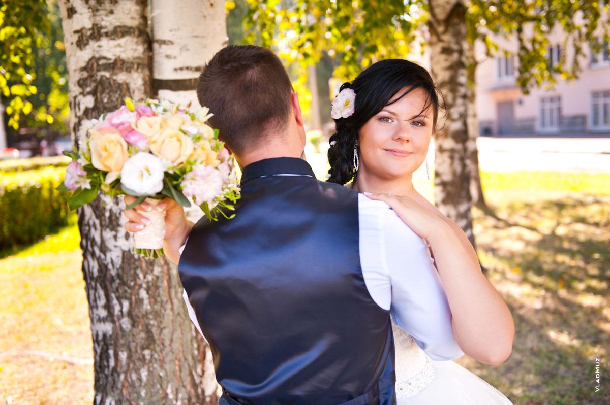 С какой стороны от жениха стоит невеста в загсе