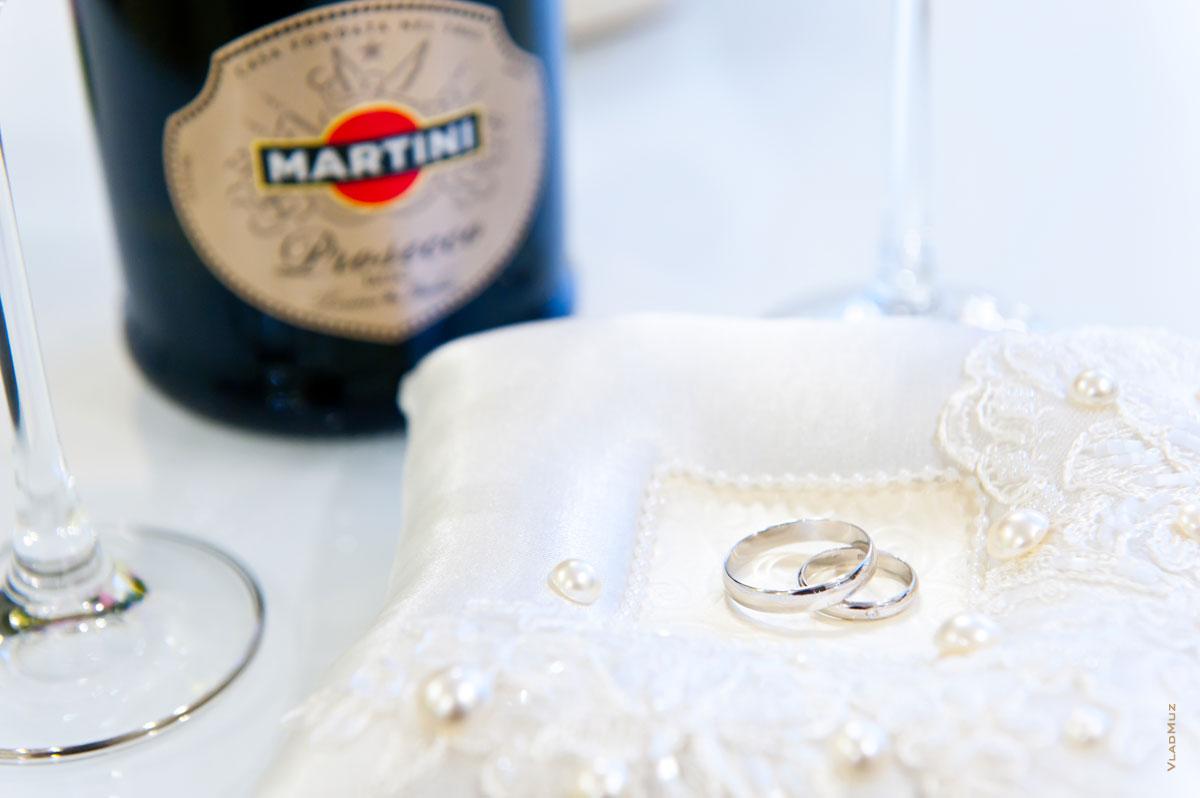 Фото свадебных колец на белой подушке, бутылка Martini в ...: http://www.vladmuz.ru/photography/wedding/moscow/08.htm