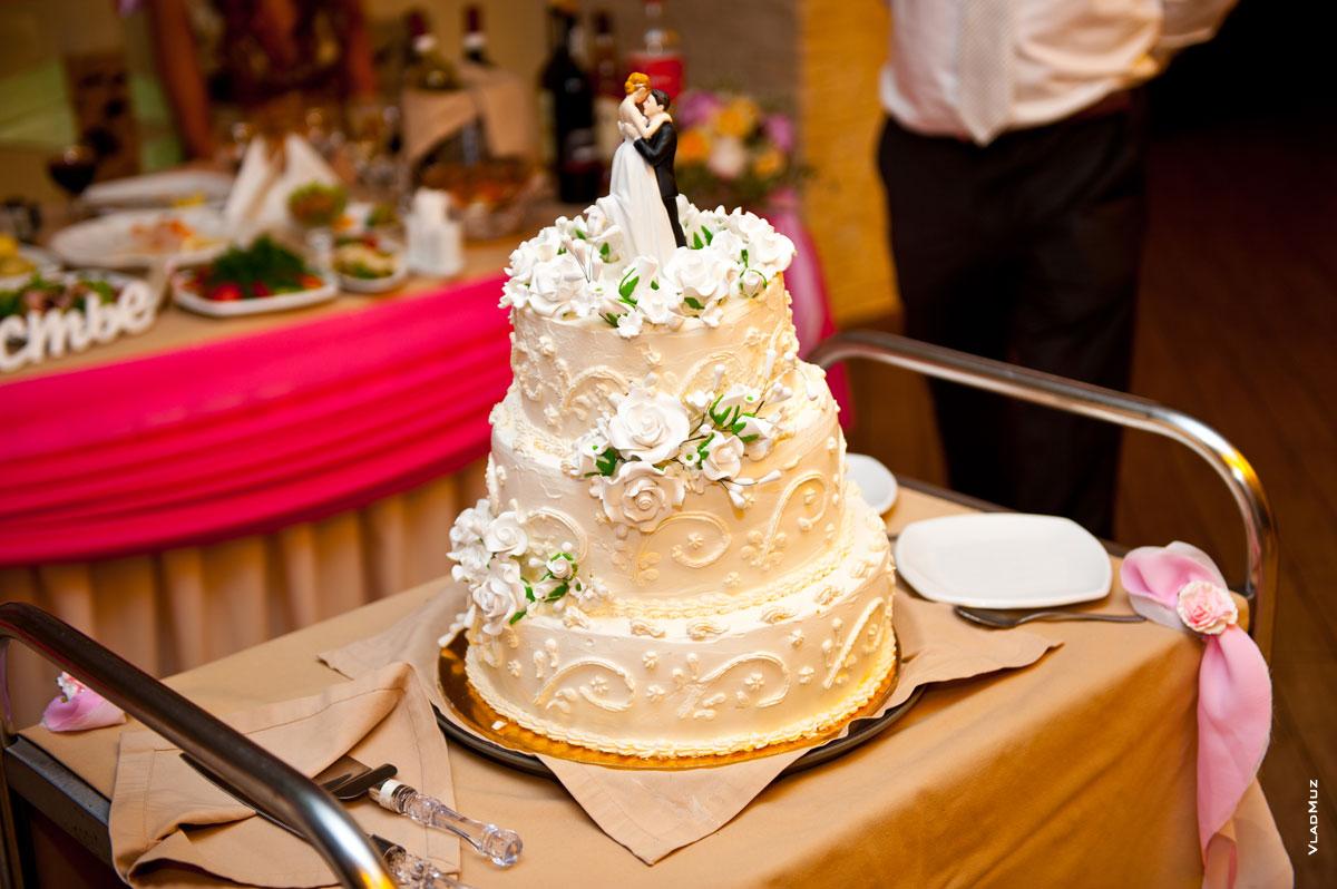 Фото свадебного торта с фигурками жениха и невесты
