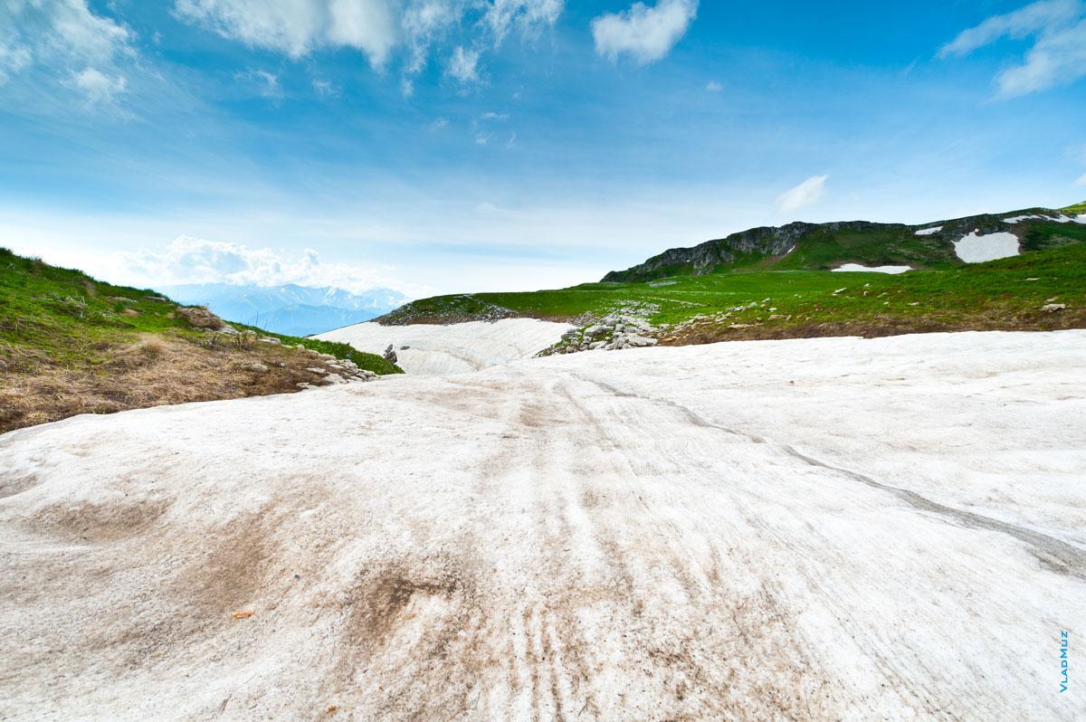 Горный фото пейзаж Лаго-Наки: синее небо, горные зеленые склоны по краям и снег по центру (полноразмерное фото в HD качестве с разрешением 2830 на 4260 пикселей можно открыть в новом окне)