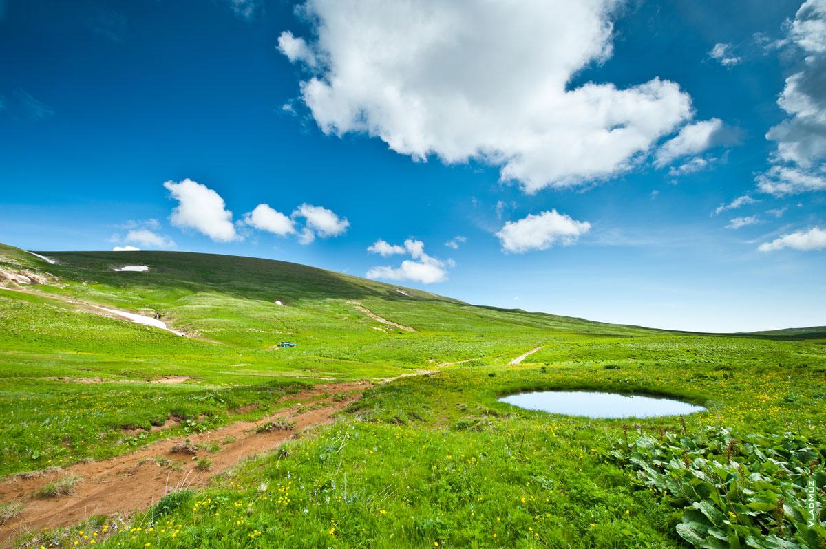Луговой фото пейзаж Лаго-Наки: синее небо, облака, озеро и зеленые луга (полноразмерное фото в HD качестве с разрешением 2830 на 4260 пикселей можно открыть в новом окне)
