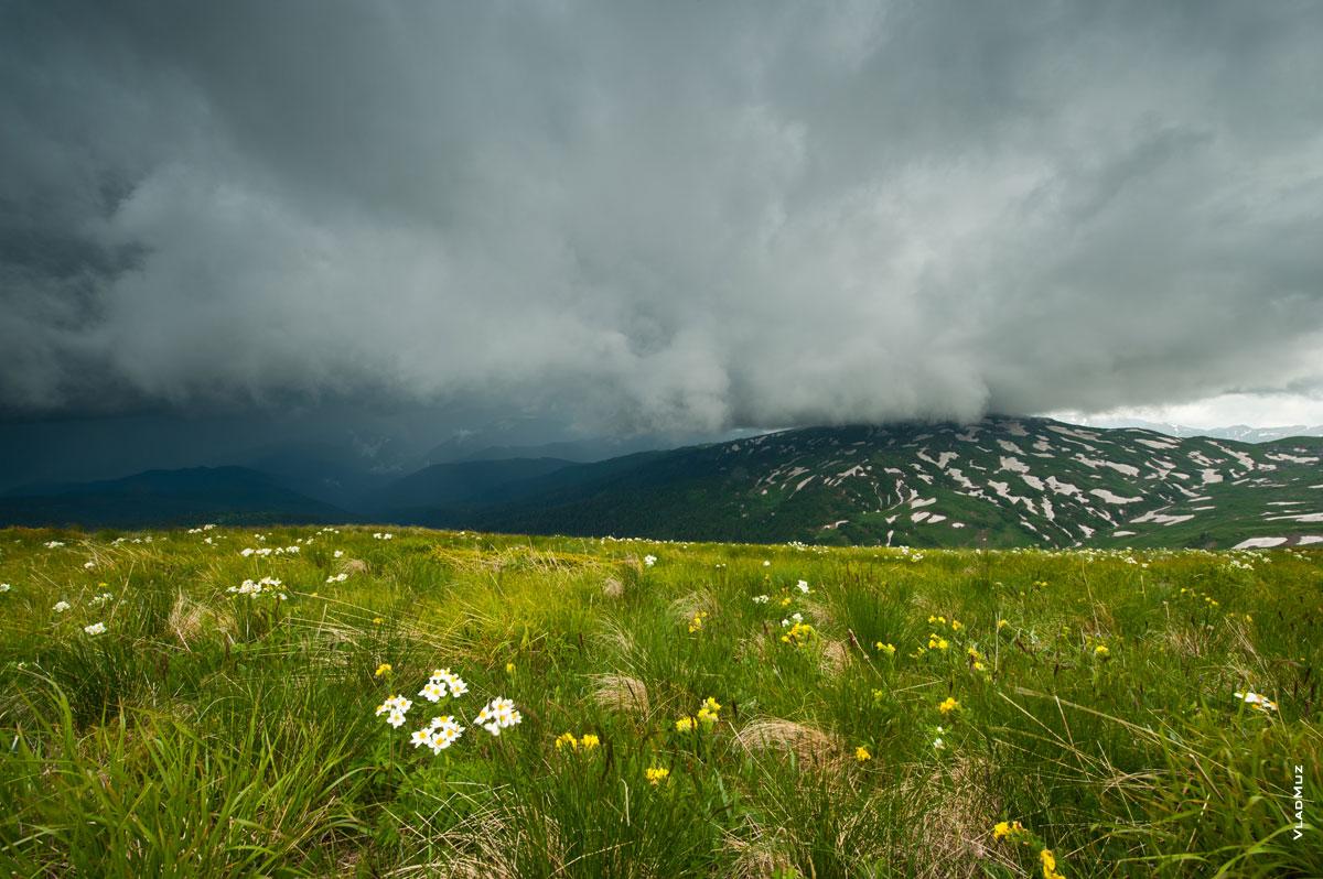 Грозовой горный фото пейзаж. Над горой Гузерипль нависают темные, плотные грозовые тучи (полноразмерное фото в HD качестве с разрешением 2830 на 4260 пикселей можно открыть в новом окне)