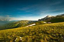 Утреннее фото пятнистой горы Гузерипль (слева) и двух горных вершин Оштен (справа)