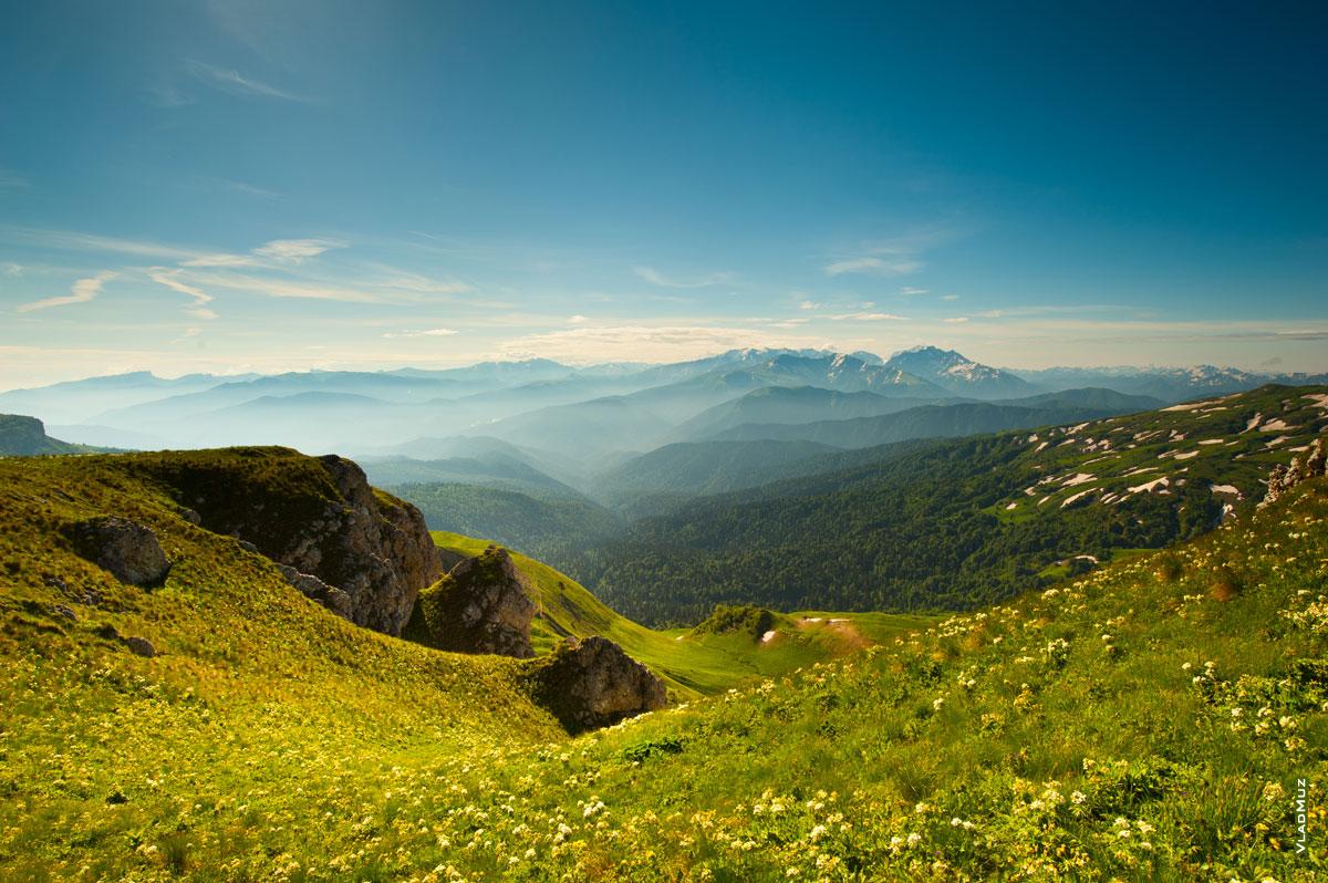 С тропы на маршруте к Оштену открываются красивые горные виды (полноразмерное фото в HD качестве с разрешением 2830 на 4260 пикселей можно открыть в новом окне)
