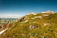 Справа вдали виднеются две высокие вершины Оштена