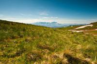 Внизу луговые травы Лаго-Наки, вдали горные хребты Кавказа. Реальный визуальный и природный контраст поверхностей в одном кадре