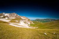 На фото слева— гора Оштен на фоне темно-синего неба