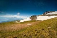 Здесь одна из вершин горы Оштен на фото справа, вверху синее небо