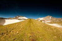 Прямая дорога к Оштену, впереди по краям от нее видно две горные вершины