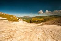 Поднимаясь на Оштен в июне, пересекаем снежный склон