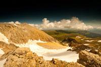 Внизу — снежная чаша, слева по гребню идем к главной вершине горы Оштен