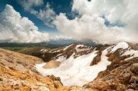 Густые белые облака нависают над горой Оштен