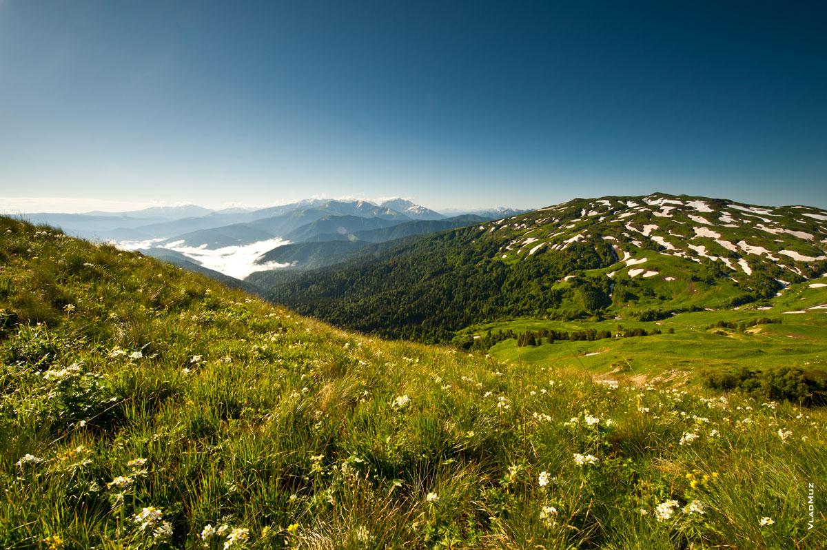 Красивый Фото пейзаж: с этого маршрута к горе Оштен всегда видно гору Гузерипль (полноразмерное фото в HD качестве с разрешением 2830 на 4260 пикселей можно открыть в новом окне)