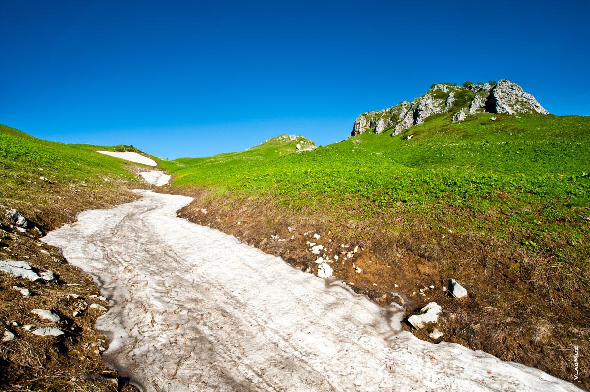Горный фото пейзаж в ярких цветах: снежные реки, зеленые луга Лаго-Наки, скалистые гребни и ярко синее небо (полноразмерное фото в HD качестве с разрешением 2830 на 4260 пикселей можно открыть в новом окне)